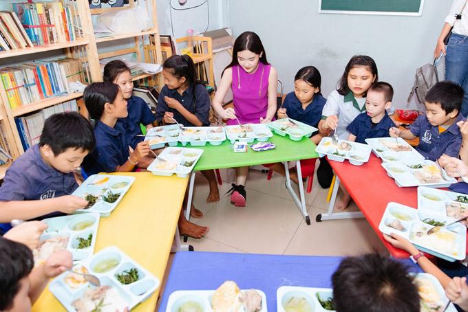 Lê Âu Ngân Anh tặng quà cho trẻ mồ côi ở TP HCM - 3