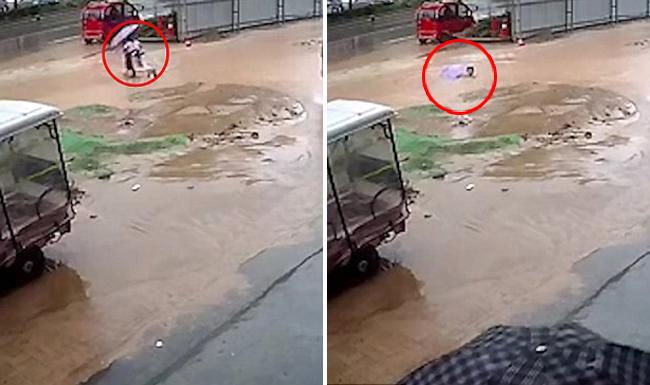 Hai bé gái bế nhau qua chỗ ngập trong một công trường nhưng không may bị rơi xuống hố hôm 18/8 ở thành phố Thương Khâu, tỉnh Hà Nam, Trung Quốc. Ảnh: AsiaWire.
