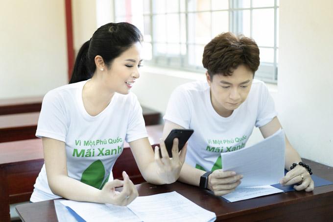 Cũng trong event, Ngọc Hân và Ngô Kiến Huy cùng đảm nhận vai trò MC. Cả hai luôn bận rộn trao đổi kịch bản.