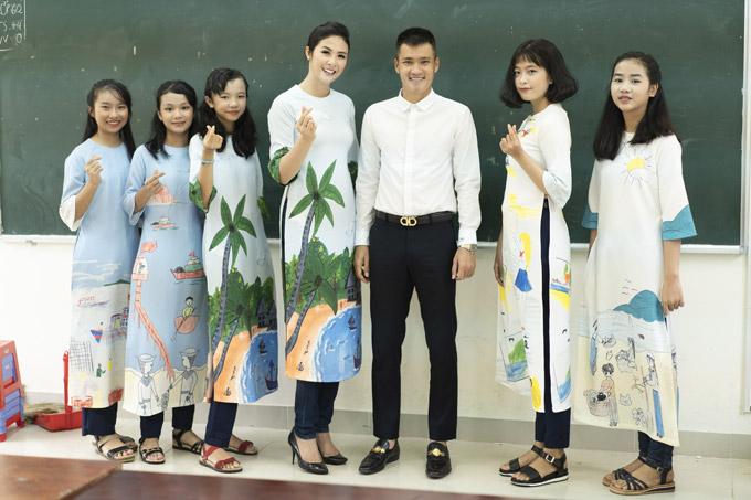 Ngọc Hân diện áo dài in bức tranh về Phú Quốc do thiết kế. Những bức tranh này do chính học sinh vẽ trong chiến dịch kêu gọi người dân cùng chung tay bảo vệ môi trường biển đảo.