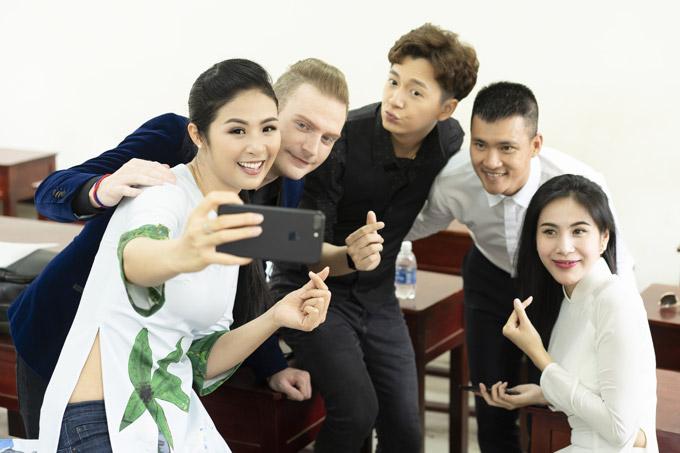Ngọc Hân rạng rỡ khigặp gỡ các nghệ sĩ Kyo York, Ngô Kiến Huy, vợ chồng Công Vinh - Thủy Tiên tại một sự kiện ở Phú Quốc. Trước khi diễn ra chương trình, Hoa hậu vui vẻ selfie và trò chuyện với mọi người.