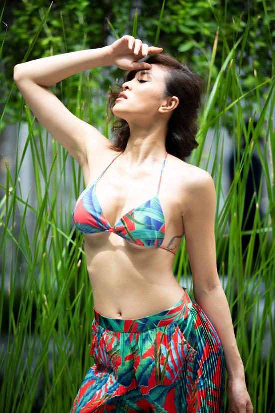 Nữ MC chọn trang phục với họa tiết nhiệt đới mát mẻ nhằm xua tan đi cái nóng mùa hè.