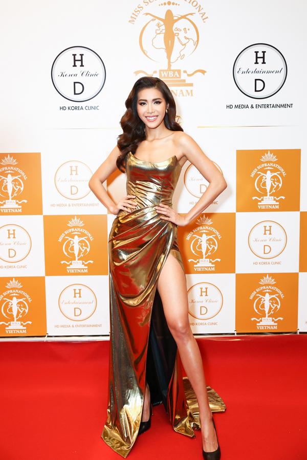 Giám khảo Minh Tú khoe dáng chuẩn với chiếc đầm vàng của Chung Thanh Phong. Như thường lệ, cô được nhà thiết kế tài năng và ê-kíp chăm chút kỹ lưỡng cho màn xuất hiện trước ống kính truyền thông.