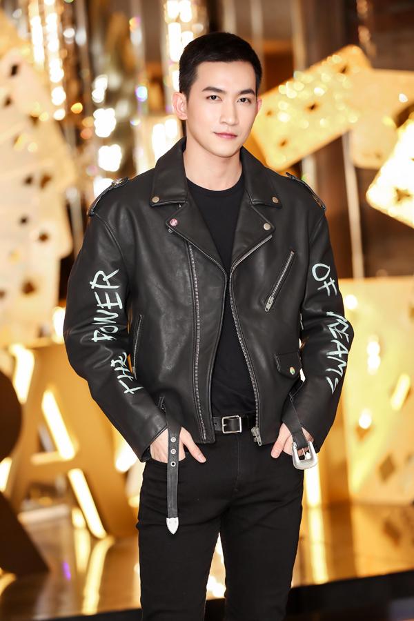 NTK Chung Thanh Phong lịch lãm với cây vest đen. Anh là một trong hai giám khảo nam của đêm chung kết, cùng với bác sĩ Cho - tên tuổi hàng đầu trong lĩnh vực thẩm mỹ nội khoa ở Hàn Quốc.
