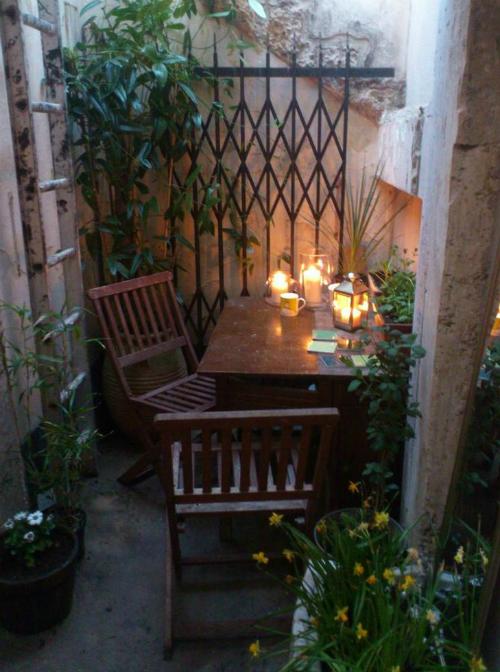 Ngoài ra, căn hộ còn có một góc vườn nhỏ xinh là nơi chủ nhân ngồi đọc sách, thư giãn.