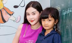 Lê Âu Ngân Anh tặng quà cho trẻ mồ côi ở TP HCM