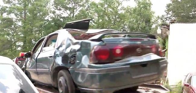 Chiếc xe bị méo móp do đâm xuống vực của ba mẹ con Lisa (25 tuổi) ở quận Quachita, bang Arkansas, Mỹ được cảnh sát đưa khỏi hiện trường. Ảnh:Hồ sơ cảnh sát quận Quachita.