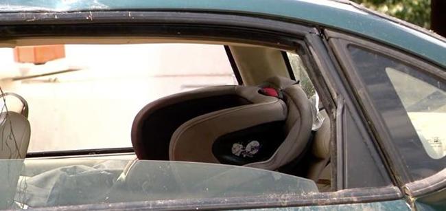 Cậu bé Kylen thoát ra khỏi xe bằng cách trèo qua cửa sổ trời. Ảnh:Hồ sơ cảnh sát quận Quachita.