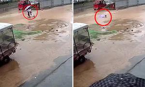 Hai chị em bị thụt xuống hố khi bế nhau qua chỗ ngập