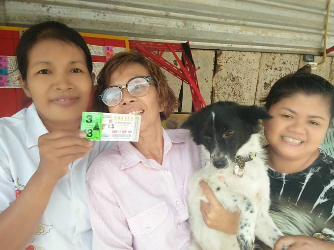 Jarunwan (ngoài cùng bên trái) và người thân khoe những tấm vé số trúng giải trước căn nhà của họ ở huyện Phon, tỉnh Khon Kaen, đông bắc Thái Lan hôm 16/8. Ảnh: Facebook.