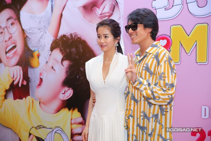 Kiều Minh Tuấn thân mật bên bạn diễn An Nguy tại buổi họp báo giới thiệu phim điện ảnh mới ở TP HCM. Đây là lần đầu cả hai có dịp làm việc cùng nhau.