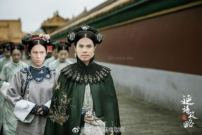 Phạm Đức Huy thì bị chế ảnh thành... Kế Hoàng Hậu, trong khi Đình Trọng làm một cung nữ thân cận của phi tần này.