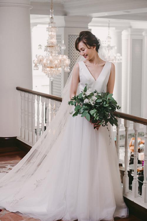 Mẫu váy cổ chữ V với thân trên được làm từlụa cao cấpcòn thân dưới được may bởi chất liệu voan. Kiểu váy chữ A sẽ giúp cô dâu trở nên thanh thoát và ngọt ngào hơn trong ngày hạnh phúc.