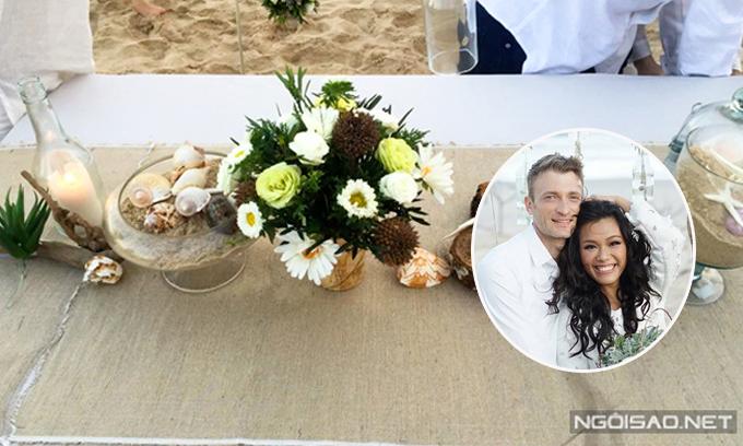 Trước hôn lễ cả tháng, Phương Vy đã lên mẫu thiết kế cho bàn tiệc.Cômang cả đại dương vào đám cưới với hình ảnh sao biển xuất hiện ở mọi nơi.