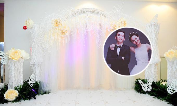 Cặp vợ chồng chọn gam màu trắng vàng nhã nhặn cho hôn lễ diễn ra ở TP HCM.