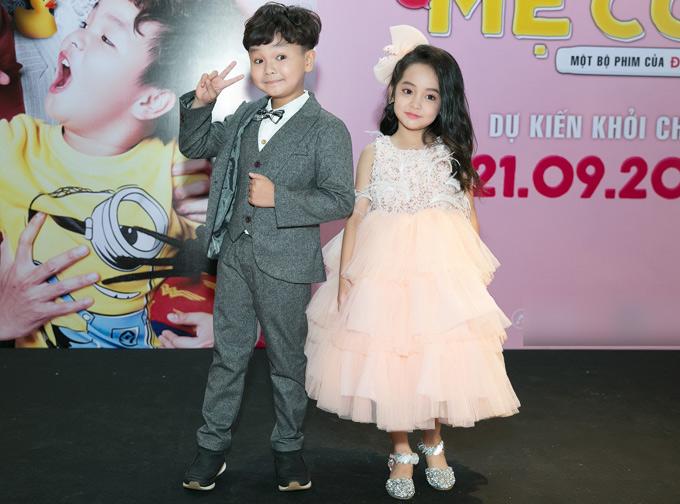 Hai diễn viên nhí Hữu Khang (vai con trai của An Nguy) và Chu Diệp Anh (vai con gái của Kiều Minh Tuấn) khoe vẻ đáng yêu tại buổi giới thiệu phim. Các bé được khen diễn xuất tự nhiên, khiến người xem xúc động.