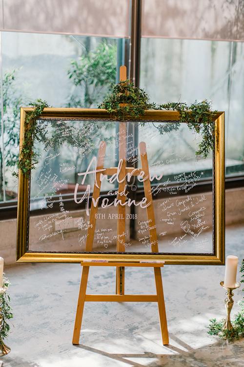 Thay vì bảng gỗthông báo đám cướithông thường, cặp vợ chồng sử dụng mực acrylic trắng để viết lên tấm bảng trong suốt. Khách mời ký tên lên bảng đểxác nhận về sự hiện diện,tạo điểm khác biệt cho hôn lễ.