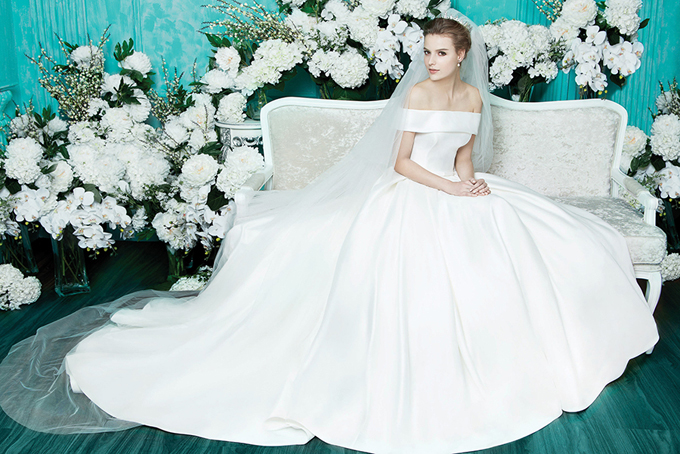 Chiếc váy trễ vai làm bằng chất liệu satin có giá 3.500 USD