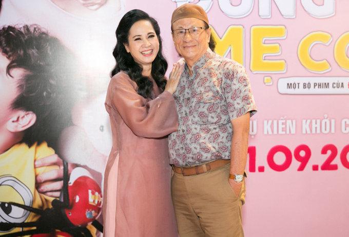 NSND Lan Hương vui vẻ hội ngộ đàn anh - đạo diễn Lê Cung Bắc tại sự kiện ở TP HCM.