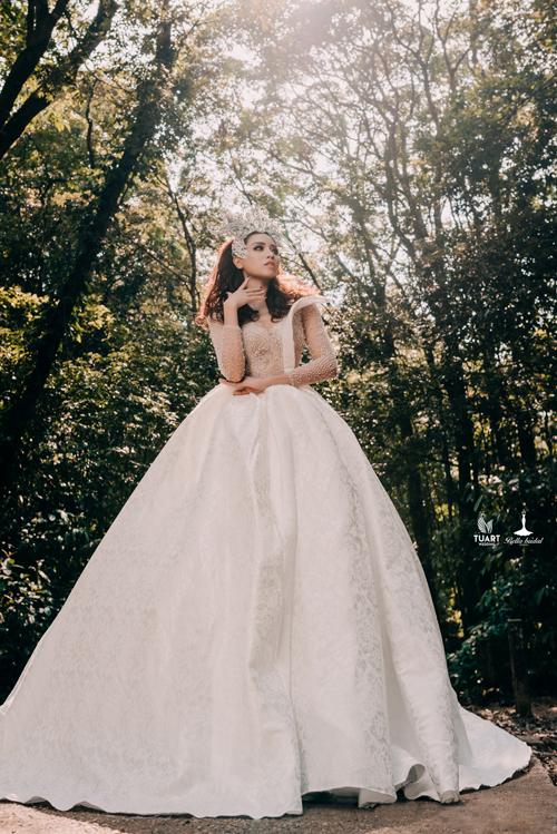 Thân dưới của váy được may bằng vải lụa in họa văn dây leo mềm mại, có độ bắt sáng.
