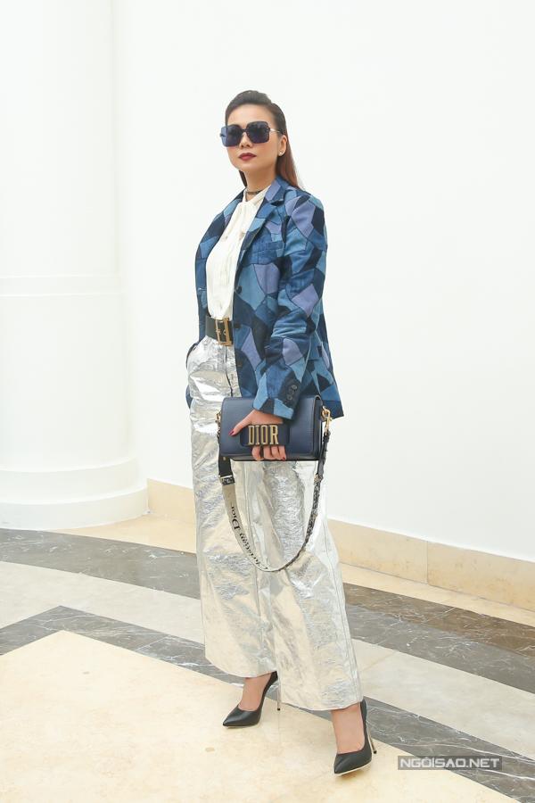 Thanh Hằng ăn mặc cá tính với blazer hoạ tiết, quần ống suông ánh kim và các món phụ kiện hàng hiệu đắt tiền.