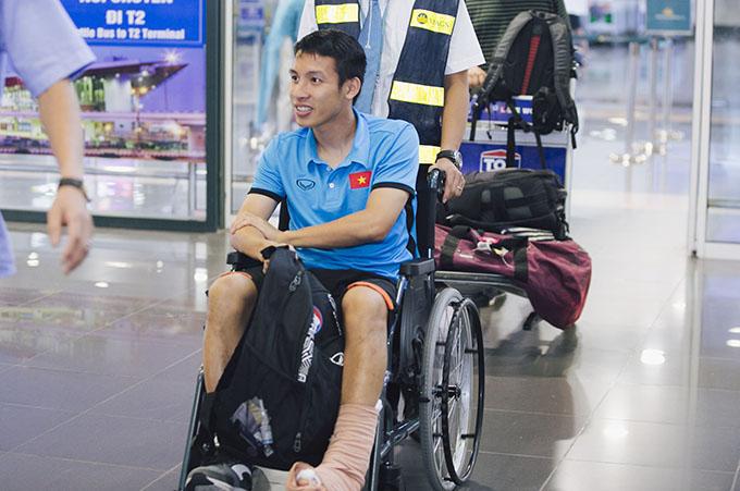 Tối 22/8, Hùng Dũng về tới sân bay Nội Bài, Hà Nội sau khi chia tay Olympic Việt Nam vì chấn thương gãy ngón chân trong trận gặp Nhật Bản ở vòng bảng Asiad 2018.