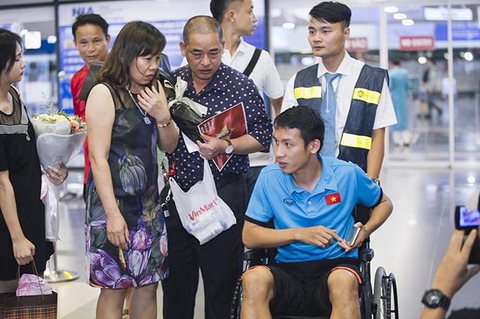 Lúc đầu, ban huấn luyện Olympic Việt Nam muốn Hùng Dũng ở lại Indonesia cổ vũ đồng đội trong trận đấu với Bahrain ở vòng knock-out nhưng anh quyết định xin về nước sớm để kiểm tra lại chấn thương và tiến hànhđiều trị.