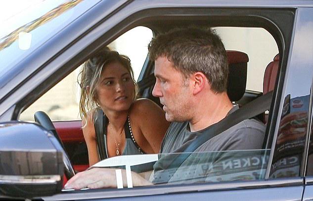 Ben Affleck đi cai nghiện chỉ sau vài ngày anh hẹn hò cô gái mới - người mẫu Playboy Shauna Sexton.
