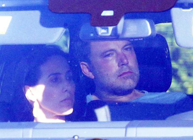 Ben Affleck trông khá buồn và mệt mỏi với hai má đỏ bừng như say rượu. Đây là lần thứ hai anh phải đi cai rượu trong vòng hai năm nay. Năm ngoái, với sự động viện của Jennifer Garner, Ben cũng đã tình nguyện điều trị và hoàn thành khóa cai nghiện vào tháng 12.