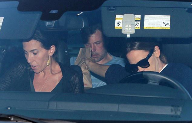 Jennifer đưa cho Ben túi đồ ăn nhanh trước khi nam diễn viên vào trại.