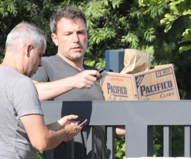 Hai ngày trước đó, paparazzi bắt gặp Ben Affleck nhận một thùng đồ uống có cồn trước cổng biệt thự nhà anh. Ben đã trình thẻ căn cước với người giao hàng để nhận số đồ uống này.