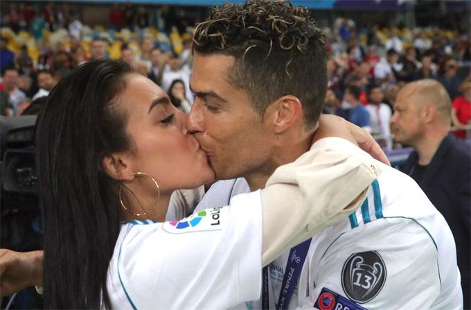 C. Ronaldo hôn đắm đuối người yêu Georgina Rodriguez sau trận chung kết Champions League mùa trước ngay trên sân. Các fan ngưỡng mộ về khoảnh khắc lãng mạn của cặp trai tài gái sắc.