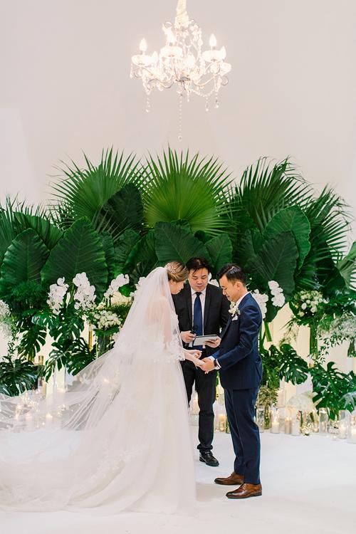 Uyên ương người Malaysia muốn có một đám cưới mang phong cách tối giản, thanh lịch và sang trọng. Từ gợi ý trên Instagram, họ chọn bảng màu gồm trắng (màu hoa), xanh lá cây (màu lá) và vàng (chi tiết khác) cho hôn lễ trong mơ.