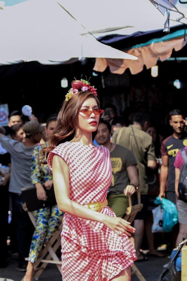 Trong tập một vừa rồi, từ 14 thí sinh sau thử thách catwalk trong khu chợ cuối tuần nổi tiếng tại Bangkok - Chatuchack