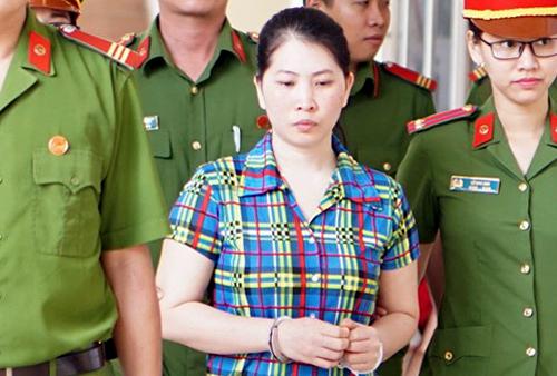 Diễm được dẫn đến tòa sáng 23/8. Ảnh: Nguyệt Triều.