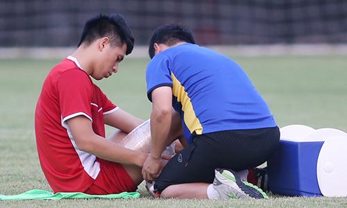 Đình Trọng bị đau phải tập riêng trước trận gặp Bahrain