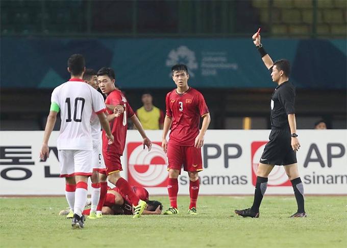 Hậu vệ bên phía Việt Nam nằm sân đau đớn. Trọng tài người Trung QuốcZhang Leingay lập tức rút ra một chiếc thẻ đỏ để truất quyền thi đấu củaSanad Ahmed.