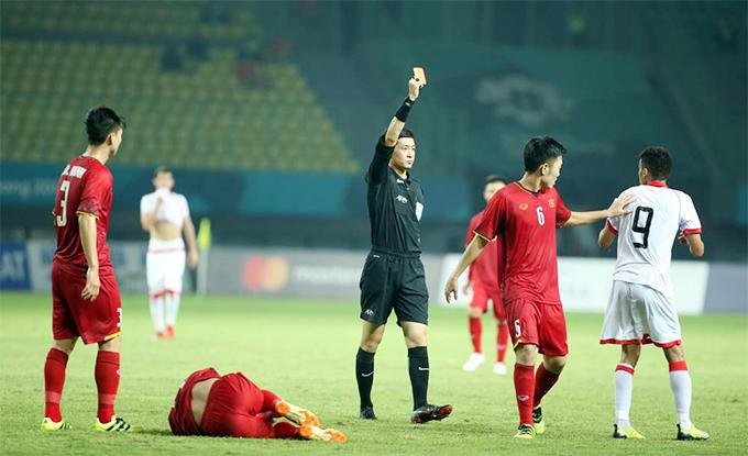 Sanad Ahmed cố gắng phân trần với trọng tài vì cho rằng lỗi của mình không đáng phải nhận thẻ đỏ.