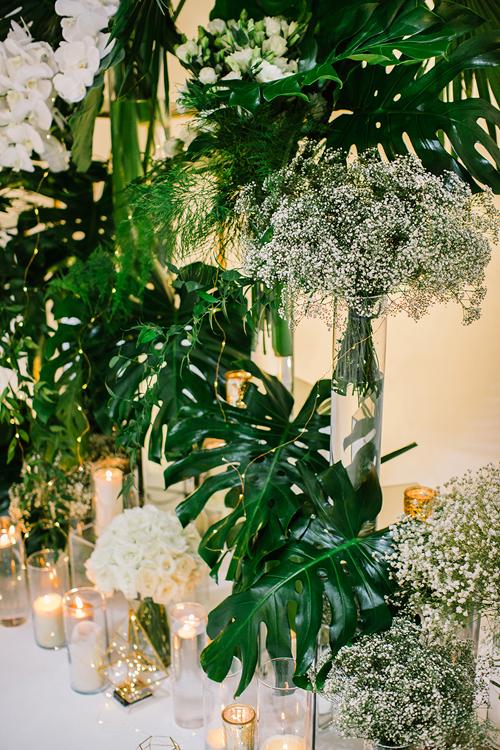 Cặp mới cưới sử dụng rất nhiều nến cốc và đèn dây trang trí để thắp sáng lễ đường.