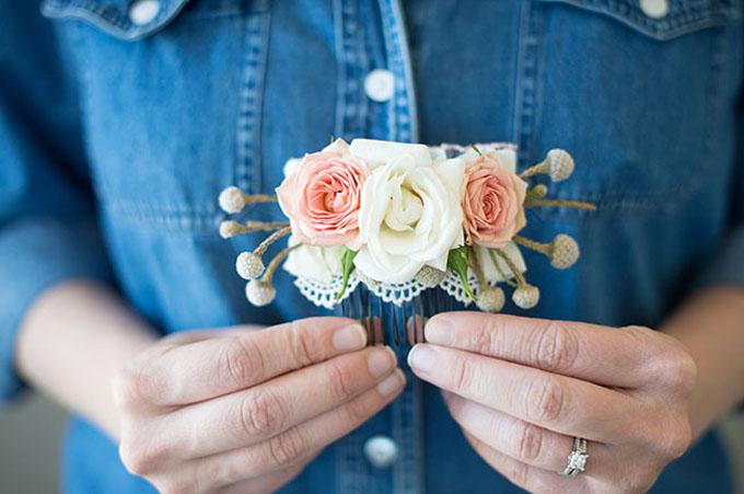 Chiếc lược cài tóc kết hoa cho cô dâu đã hoàn thiện.