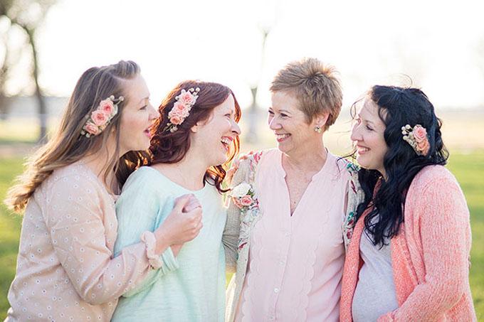 Lược cài tóc kết hoa có thể được sử dụng cho cô dâu, phù dâu, góp phần tôn lên vẻ đẹp dịu dàng, nữ tính của các nàng.
