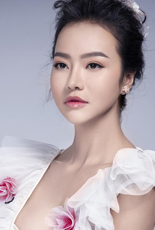 1.Son hồng baby bóngvà phấn mắt hồng: Với phong cách trang điểm này, lông mày của cô dâu được kẻ ngang mang vẻ đẹp tự nhiên trong trẻo.