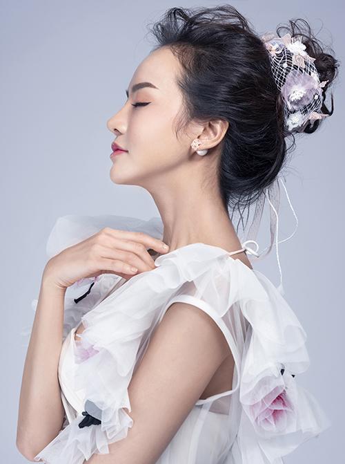 Cách trang điểm tự nhiên không nhấn mạnh vào gò má, phù hợp với những kiểu tóc đơn giản, nhẹ nhàng như búi cao, búi thấp, tóc thả tự nhiên hoặc làm xoăn nhẹ.