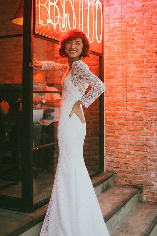 Chiếc váy ren chữ A quyến rũ với dáng váy gọn nhẹ, tay áo đơn giản và nút buộc sau cổ. Nếu cô dâu yêu thích vẻ đẹp giản dị, thuần khiết, nhẹ nhàng, chiếc váy này ra đời chính là để dành cho bạn.