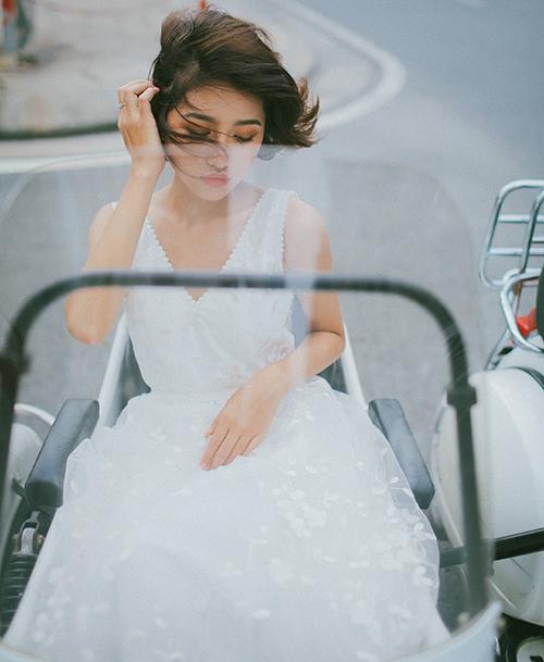 Thiết kế có cổ chữ V xẻ rộng, dáng chữ A dành cho cô dâu có bờ vai thon nhỏ. Họa tiết hoa thêu nổi trên bộ đầm giúp dáng váy cổ điển thêm phần nữ tính, thanh thoát.