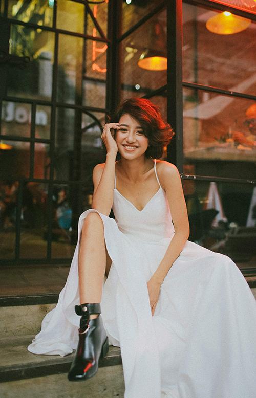 Khi chọn váy cho hôn lễ minimalist, bạn không nên dùng nhiều trang sức và lối trang điểm cầu kỳ, đậm nét.