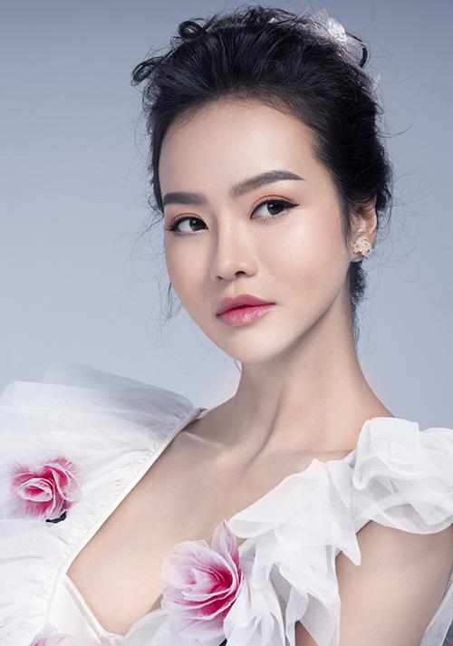 Để đôi mắt hút hồn và quyến rũ hơn, chuyên gia trang điểm dùng kẻ mắt nước cong nhẹ về phía đuôi và chuốt mascara không quá dày.