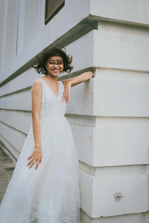 Nhà thiết kế thời trang khéo léo may thêm nhiều tầng váy mỏng bên trong theo hướng ẩn hiện đem lại hơi thở hiện đại cho bộ đầm.