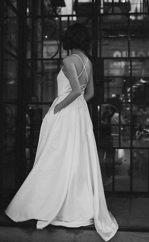 Kiểu tóc cô dâu khi mặc bộ đầm tối giản cũng nên gọn gàng, không cần nhiều phụ kiện hỗ trợ. Bộ đầm thêm gợi cảm, cá tính với khoảng hở rộng ở lưng.