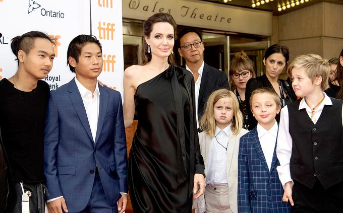Jolie và các con tại liên hoan phim Toronto tháng 9/2017.